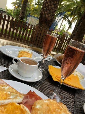 Frühstück im ruhigen Außenbereich des Buffet - Restaurants