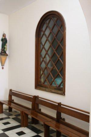 La chapelle Sainte Bernadette se situe à côté de cette église
