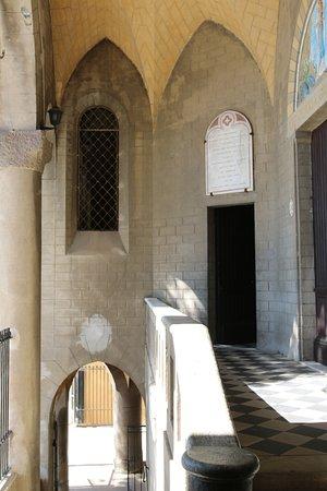 L'église ND de Lourdes se situe à l'étage