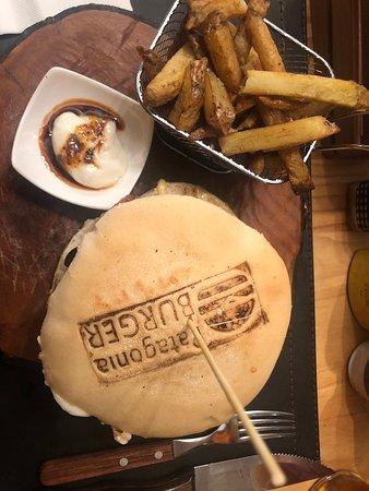 """Si quieres probar una rica hamburguesa casera, una excelente opción es """"Patagonia Burger"""", variadas tipos de proteínas a escoger, y el pan es hecho a base de masa madre,lo cual lo hace más exquisito, acompañado de papas rústicas y una deliciosa mayonesa casera con una salsa de merkén."""