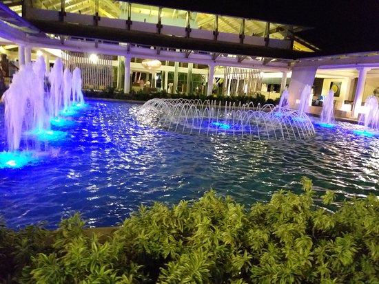 Fuente cercana al ingreso del Hotel. Distrae, atrae y decansa la vista ante la belleza. El agua en movimiento refleja frescura, vida