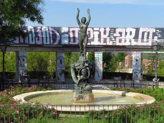 Fontana in bronzo (peccato per le scritte imbrattanti che stanno sulla struttura retrostante la fontana)
