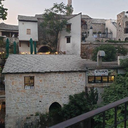 Mostar einfach fantastisch. Ein Ort den jeder mal besuchen sollte. Sehr traditionell alt und sehr viel Sehenswürdigkeiten. Das Essen ist super überall und günstig.