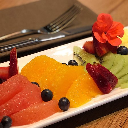 Plato de fruta fresca fileteada..