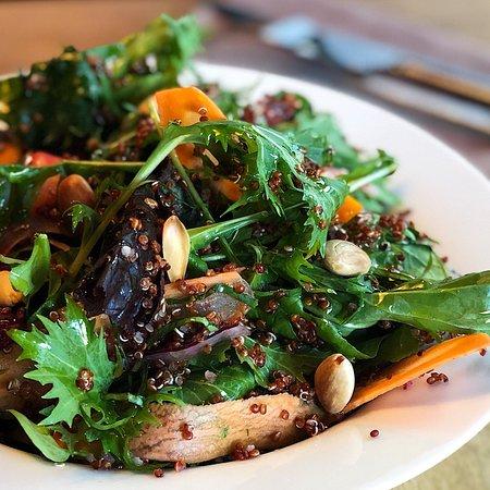 Ensalada veggie; mezclum de hojas verdes y mizuna morada, quinoa, calabaza, zucchini, berenjenas asadas, olivas, tomates cherry, remolacha y almendras..