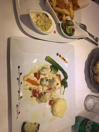Une très belle découverte à La Seyne-sur-Mer ! En entrée une salade de poulpes qui étaient tendres et bons. En plat principal un médaillon de lotte excellent et copieux. En dessert , un croustillant au chocolat qui était très fins. Une serveuse efficace et souriante. Un patron sympathique qui vient discuter avec ses clients à la fin du service 👍🏻🙂 Agréable soirée, merci !