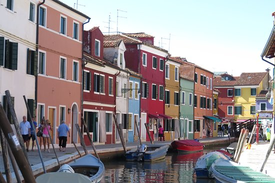 Burano, Italia: every hose is in different color!