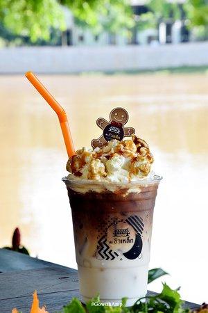 Pop Caramel Latte ประกอบไปด้วย นม กาแฟเบาๆ ตามสูตรลาเต้เย็น โปะมาด้วยวิปครีม ป๊อบคอร์น และราดคาราเมลเยิ้มๆ อร่อยมาก!!