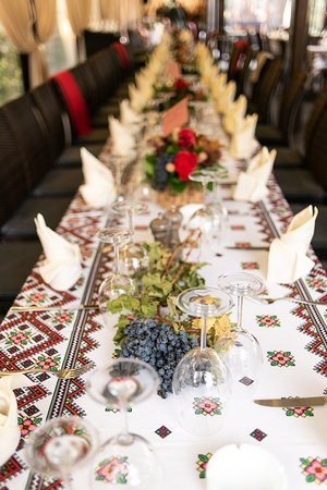 SPECIAL EVENT MUSTPARTY2019, in the garden with traditional dishes such as pastrama, roast pig, barbeque, pork, hot donuts, all in an autumn atmosphere, with freshly crushed grape drink and wine tastings. Between October 7 and 11, we are waiting for you!