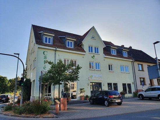Das Gebäude in dem das Gästehaus Lena auf der Rückseite untergebracht ist.