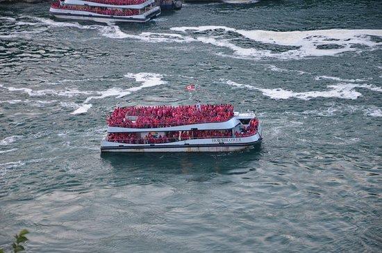 Niagarafälle, NY: Boat facing the Niagara Falls