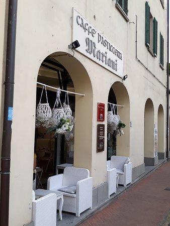 vista esterna con i portici in via Amendola - Pescia