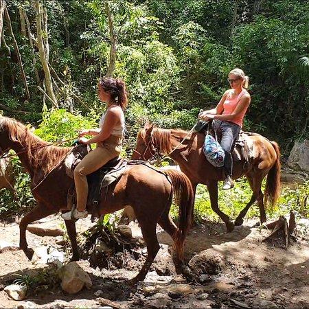 Randonnée à cheval dans la vallée de San Louis. Trinidad de Cuba.  @rebellecuba