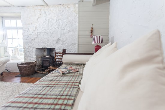 Comfortable day bed in the cosy sitting room .....