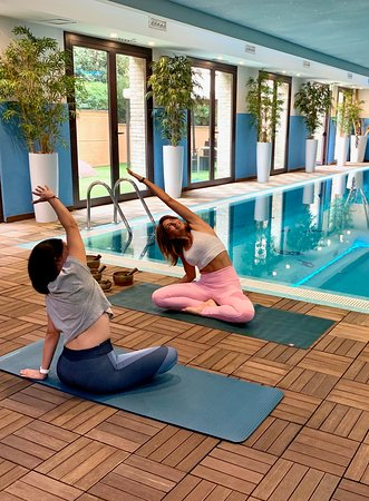Corsi di Yoga a bordo piscina