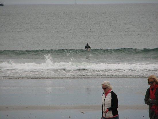 Rye Beach, NH: Surfers and beach walkers