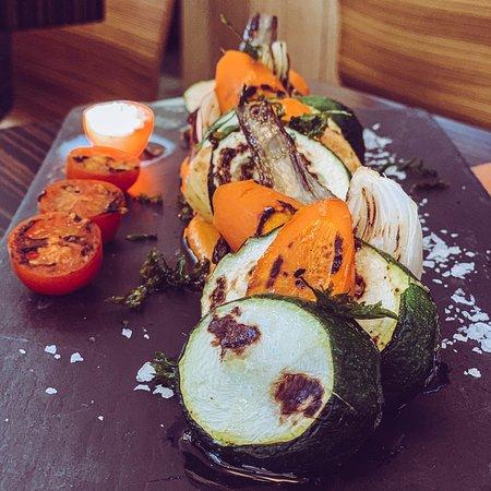 Parrillada de verduras de la huerta con salsa romesco. Comercio y productores locales y de proximidad.