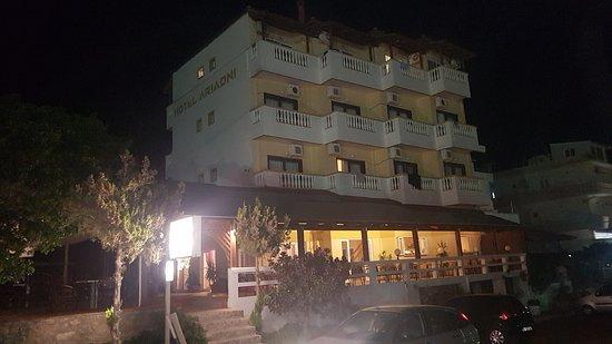 Arvi, Греция: φωτισμένο τη νύχτα