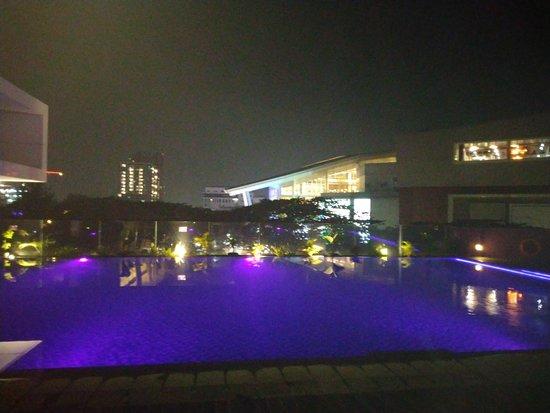 Pemandangan kolam renang di lantai 2