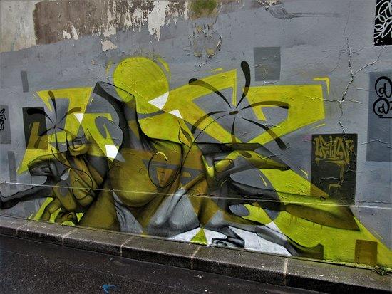"""Fresque """"Tag jaune"""""""