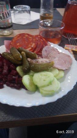 assiette d'entrée : chorizo, andouille, cornichon, concombre, betterave