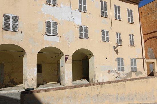 A Bastia, ver la place du donjon, se trouve le pavillon des nobles 12 construit à partir de 1703. Le pavillon des Nobles Douze était la résidence du représentant élu du « Deçà des monts » délégué auprès du gouverneur génois. Chaque année, douze représentants étaient élus pour occuper ce poste, chacun à leur tour pendant un mois. Le Noble du mois avait un rôle de conseiller et accompagnait le gouverneur dans ses déplacements à travers l'île.