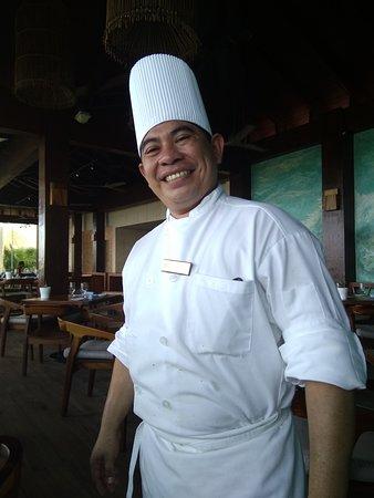 El chef Gregory con su siempre amplia sonrisa,digno se ser reconocido por su sazón y atención, corríamos entusiasmados para ver qué prepararía ese día, gracias por sus esfuerzos y amabilidad