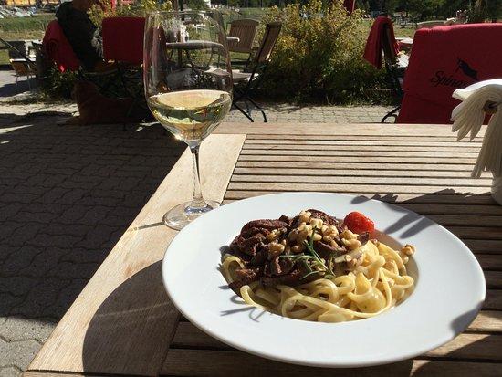 Bever, Schweiz: Tagliatelle mit Pilzen, Nüssen, Hirsch, Glas Chardonay
