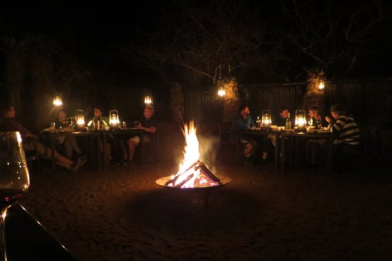 Manyoni Private Game Reserve, Zuid-Afrika: Dinner round the Boma