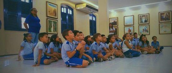 Crianças na Sala Floriano Teixeira