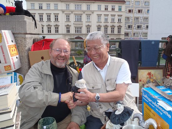 Βιέννη, Αυστρία: Naschmarktの蚤の市で何か怪しげなものを売っていたおっさんと。