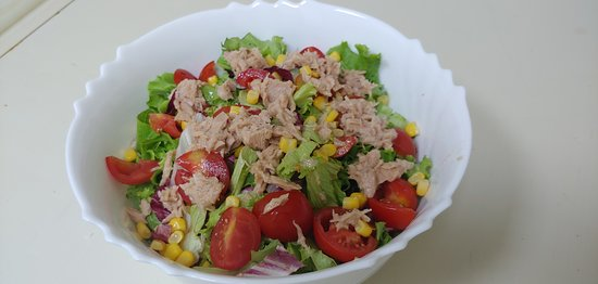 "Insalatona ""Capri"": insalata mista, pomodoro, mozzarella, mais e tonno 6,50€"