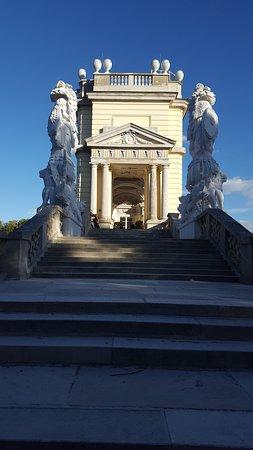 Zijkant met monumentale trap