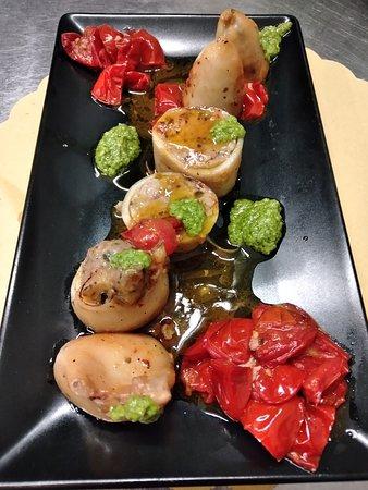 Calamaro ripieno cotto al forno con pomodorini e pesto