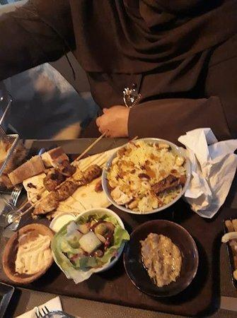 La chère mama, avec le plat qu'elle a commandé. L'entrée asiatique, et le plat libanais...