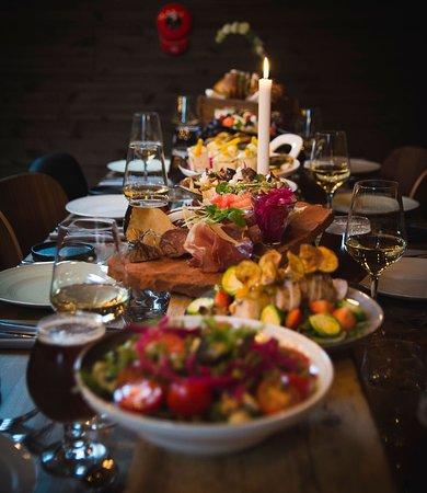 Sharing som konsept er et populært mattilbud hos oss. Her serveres maten slik at alle forsyner seg fra det som settes fram på bordet