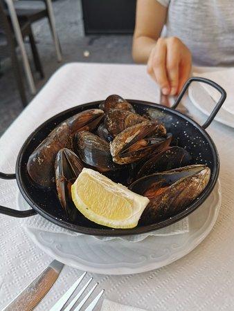 Ottimo posto in cui mangiare pesce buonissimo e non spendere tantissimo.personale gentilissimo,bagni super puliti! Consigliato!!