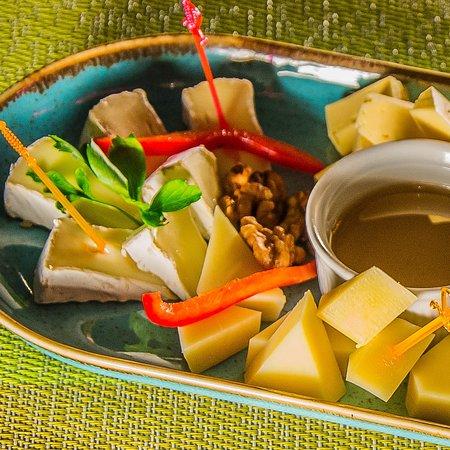 Сырная тарелка - хорошая закуска под вино