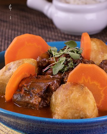 Deslúmbrate con cada bocado de Nuestro Rabo de Toro. Una auténtica receta cordobesa lista para deleitarte hasta el final.  Reserva tu mesa en www.g3co.co