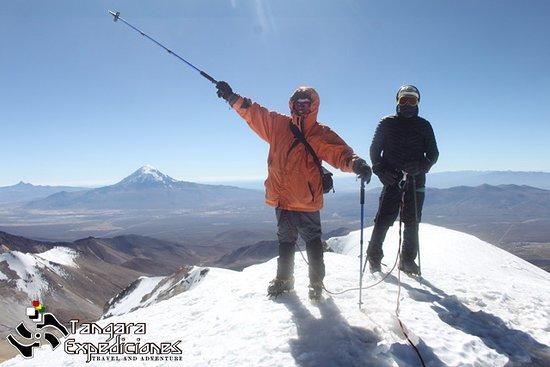 Escalando el Acotango 6052 msnm. (en la cumbre)
