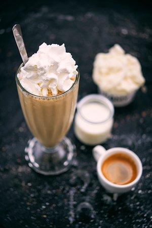 GRAMYCCINO - kawa mrożona na bazie lodów GRAMY, kawy Fastcoffee, mleka i kostek lodu.