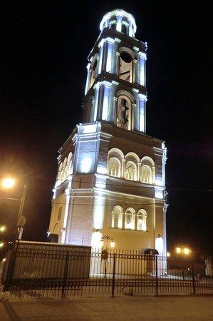 Монастырская колокольня с расположенным внутри нее Никольским храмом вечером красиво подсвечивается.