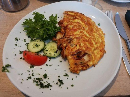 Judy´s Pflug: Omelette mit Schinken, Zwiebeln und Tomaten und Bircher Müsli