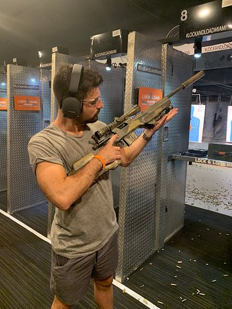 ‪Exotic Indoor Firearm Experience in Miami‬ صورة فوتوغرافية