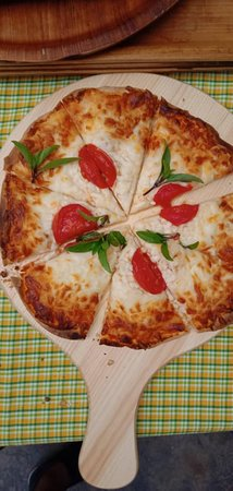 Aileu District, Øst-Timor: And this delicious pizza is another Pedro's specialty and pleases all people! Crunchy with good quality cheese, tomatoes and basil from our own garden! Yummy!!!!!!