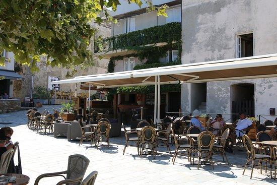 Ce restaurant se trouve sur la place communale du hameau d'Erbalunga et qui a l'avantage  de border le port puisque celui-ci très proche de la mer.