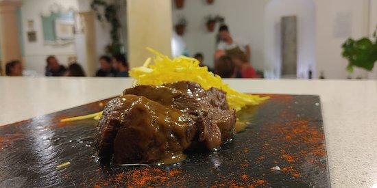Rabo de toro estilo traducional con patatas fritas