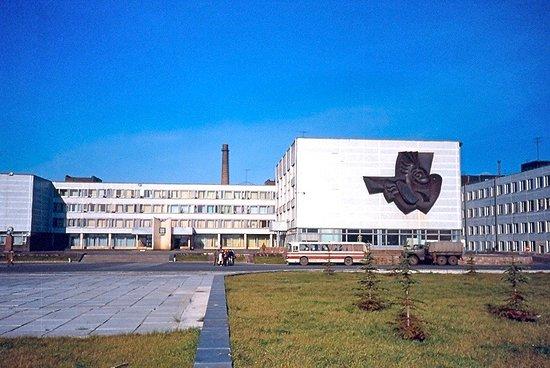 Questa foto è del 1990, quattro anni dopo lo scoppio del reattore nucleare. Questi sono gli uffici amministrativi del Centro e, assieme alla delegazione di cui facevo parte, abbiamo mangiato alla mensa che era in questo edificio.