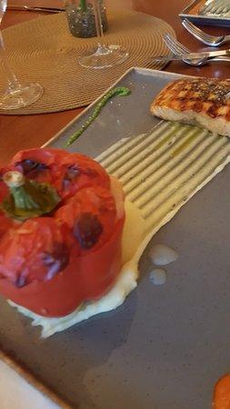 Lachsfilet aus Norwegen dazu Gefüllte Paprika mit Rote Beete Reis.