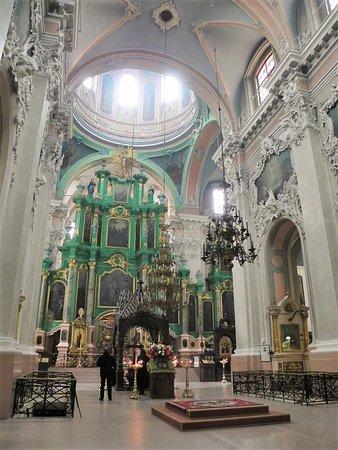 厳かな雰囲気。祭壇の手前の棺に3人の聖人の遺体が納められていて、棺に口づけをして祈る信者が多かった。病気や怪我が治るとされているらしい。
